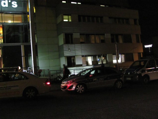 Polizeifahrzeug parkt am Taxistand